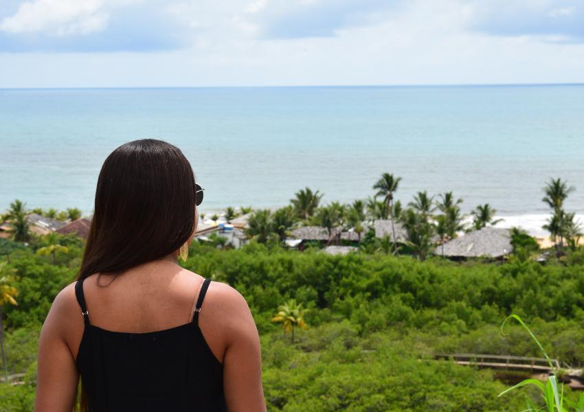 Atrás da igreja: Mirante com vista para o mar.